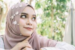 Modeporträt der jungen schönen moslemischen Frau, Stockbild