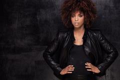 Modeporträt des Afroamerikanermädchens lizenzfreie stockbilder