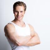 Modeporträt des attraktiven lächelnden Mannes. Stockfotos