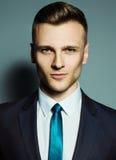Modeporträt des eleganten jungen gutaussehenden Mannes Stockbilder