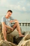 Modeporträt des gutaussehenden Mannes auf dem Strand Stockfoto