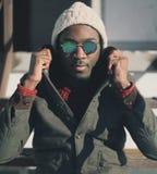 Modeporträt des gutaussehenden Mannes in der Sonnenbrille lizenzfreie stockbilder