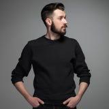 Modeporträt des jungen Mannes im Schwarzen Lizenzfreie Stockfotografie