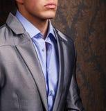 Modeporträt des Mannes in der Jacke Stockfotografie