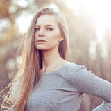 Modeporträt des sinnlichen jungen Blondineporträts im Freien Stockfoto