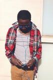 Modeporträt des stilvollen jungen afrikanischen Mannes Stockfotografie