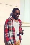 Modeporträt des stilvollen jungen afrikanischen Mannes hört Musik Lizenzfreie Stockfotografie