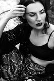 Modeporträt im Freien der Frau Schwarzweiss-Foto Pekings, China Lizenzfreies Stockfoto