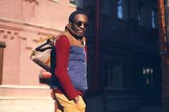Modeporträt im Freien des hübschen stilvollen afrikanischen Mannes Lizenzfreie Stockfotografie