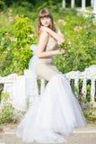 Modeporträt im Freien des jungen schönen sinnlichen Brunette stockfotografie