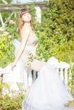 Modeporträt im Freien des jungen schönen sinnlichen Brunette stockbild