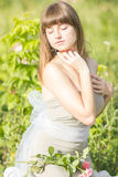 Modeporträt im Freien des jungen schönen sinnlichen Brunette stockfoto
