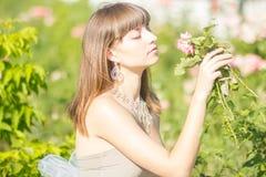 Modeporträt im Freien des jungen schönen sinnlichen Brunette lizenzfreies stockbild