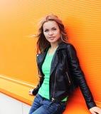 Modeporträt im Freien des schönen Blondinetragens Stockbild