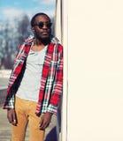 Modeporträt im Freien des stilvollen jungen afrikanischen Mannes Stockfotos
