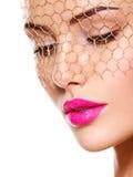 Modeporträt eines schönen Mädchens trägt Schleier auf Augen hell Lizenzfreie Stockbilder