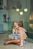 Moder, dotter och en gåva för ferie Fotografering för Bildbyråer