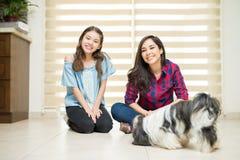 Moder, dotter och en hund Arkivfoto
