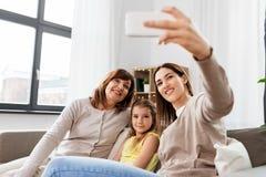 Moder, dotter och farmor som tar selfie royaltyfri bild
