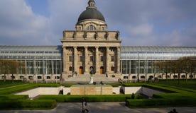 Moder en verre de maison d'architecture carrée d'odeons de Munich de la Bavière vieux photos stock
