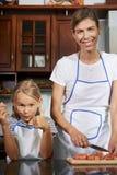 moder f?r matlagningdottermatst?lle royaltyfri fotografi