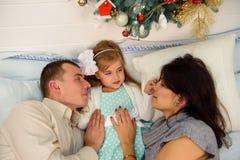 Moder fader och att behandla som ett barn ha gyckel i sovrum Folk som hemma kopplar av Begrepp för Xmas för vinterferie och för n royaltyfria foton