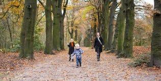 Moder med barn i skog arkivbilder