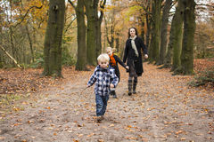 Moder med barn i skog fotografering för bildbyråer
