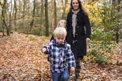 Moder med barn i skog arkivbild