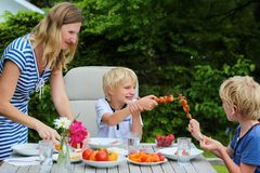 Moder med barn som utomhus äter fotografering för bildbyråer
