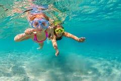 Moder med barnbadet som är undervattens- med gyckel i havet Fotografering för Bildbyråer