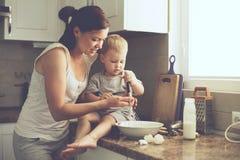 Moder med barnet som tillsammans lagar mat Royaltyfri Bild