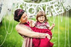 Moder med barnet utanför Fotografering för Bildbyråer