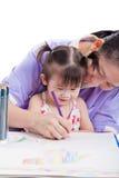 Moder med barnflickaattraktion och målarfärg tillsammans Arkivbilder