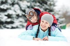 Moder med barnpojkesonen på vintern Fotografering för Bildbyråer