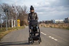 Moder med barnvagnen Arkivbild