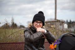 Moder med barnvagnen Fotografering för Bildbyråer