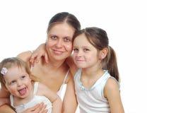 Moder med döttrar som isoleras på vit Royaltyfri Bild