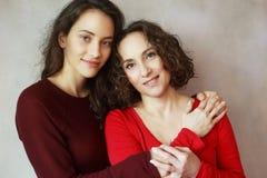 Moder med den fullvuxna upp dottern royaltyfri bild