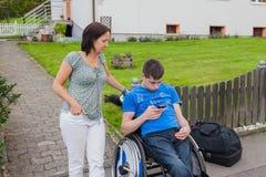 Moder med den handikappade sonen Fotografering för Bildbyråer