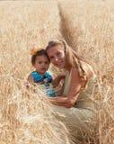 Moder med den lilla dottern arkivfoto