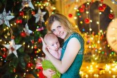 Moder med den nyfödda sonen Royaltyfria Foton