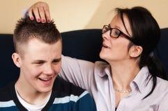 Moder med den tonårs- sonen Royaltyfri Fotografi