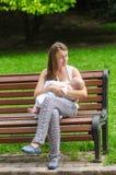 Moder med det nyfödda barnet Arkivfoto