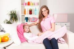 Moder med det sjuka barnet arkivbild