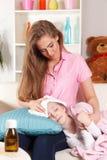 Moder med det sjuka barnet royaltyfri fotografi