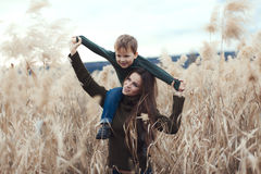 Moder med det utomhus- barnet Royaltyfria Foton