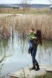 Moder med det utomhus- barnet Royaltyfri Fotografi