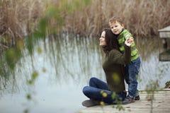 Moder med det utomhus- barnet Arkivfoton
