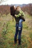 Moder med det utomhus- barnet Royaltyfria Bilder